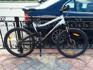 велосипед припаркован у спара на пушкина