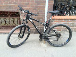 велосипед припаркован у зоопарка