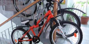 Два велосипеда пристегнуты одной цепью